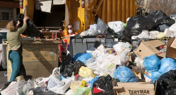 Un operario de Lipasam recoge la basura tras la huelga en Sevilla.
