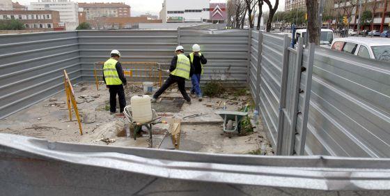 Operarios trabajan en la zona donde ocurrió el accidente, en la calle Guipúzcoa de Barcelona.