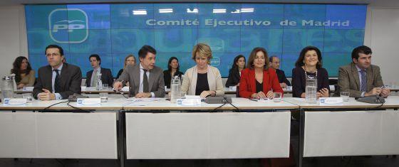 Aguirre, entre González y Botella, en el comité y la junta regional del PP.