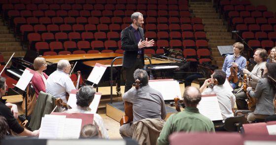 Dima Slobodeniouk , nuevo director de la  OSG hablando con los músicos