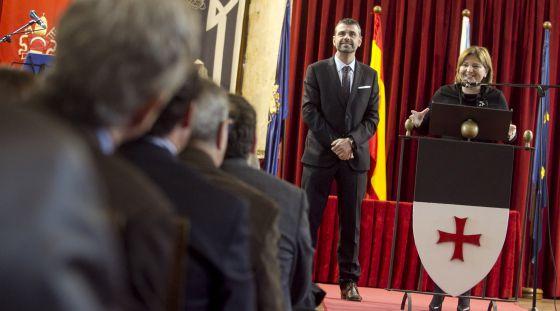 Los consejeros de Infraestructuras de Cataluña, Santiago Vila, y de la Comunidad Valenciana, Isabel Bonig, en la clausura de la jornada.
