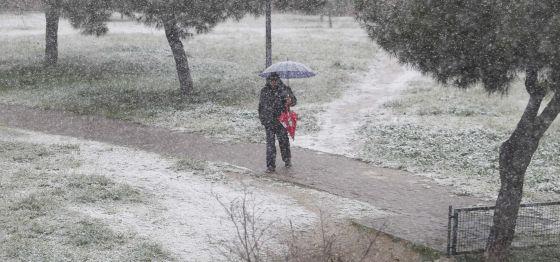 Nieve esta mañana en el parque de Fuencarral.