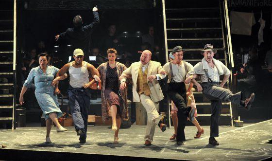 Los intérpretes durante la representación de 'Street Scene'.