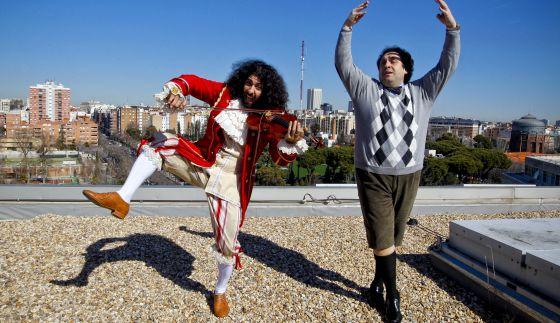 El violinista Ara Malikian y el tenor José Manuel Zapata en la terraza de los Teatros del Canal, en Madrid.