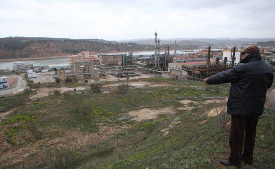 La fábrica de Ercors en Flix, con el Ebro al fondo.
