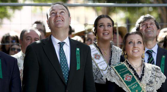 El presidente de la Generalitat, Alberto Fabra, en la 'mascletà' de las fiestas de la Magdalena de Castellón.