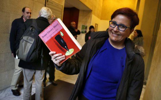Mari Jose Olaziregi, encargada de la edición y directora de la Promoción y Difusión del Euskera del Instituto Vasco Etxepare, sostiene un ejemplar del libro.