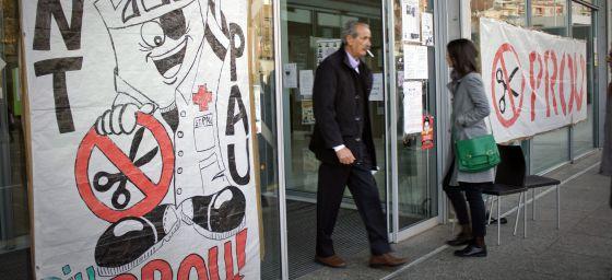 Pancartas en la puerta del hospital de Sant Pau, el pasado martes.