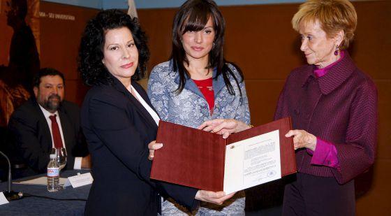 La vicepresidenta del Gobierno, María Teresa Fernández de la Vega, entregó en 2010 la Declaración de Reparación y Reconocimiento Personal de Miguel Hernández a la nuera del poeta, Lucía Izquierdo, y a la nieta, María José.