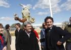 La oposición 'sopla' las velas del aniversario en el aeródromo