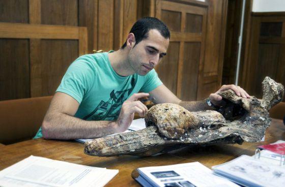 Ismael Miján, investigador de la Sociedade Galega de Historia Natural, con uno de los fósiles.