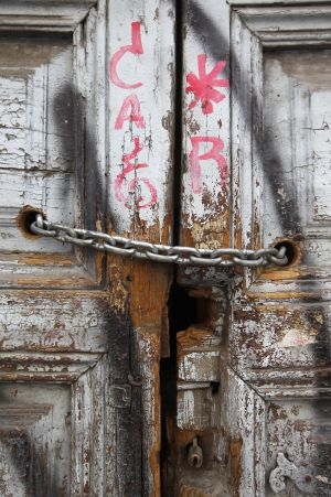 Portón deteriorado de un edificio del XVIII, en Corredera Baja de San Pablo.