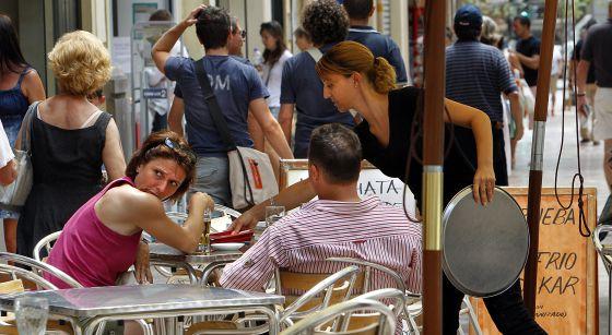 Clientes en una terraza de Valencia.