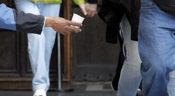 Una persona pide limosna en el centro de Valencia.