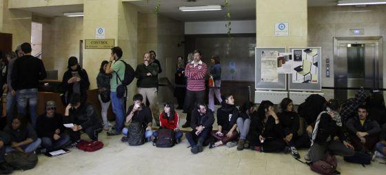 Estudiantes en el interior del Rectorado.