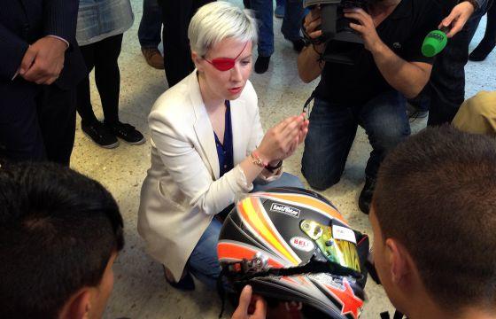 La piloto de Fórmula 1 María de Villota enseña el casco del accidente.