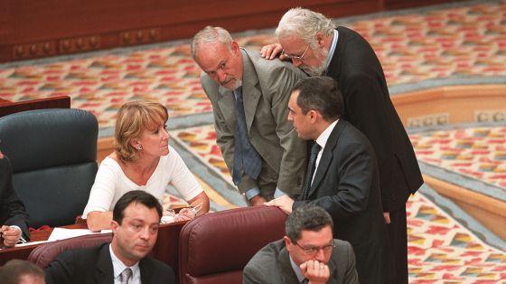 Rafael Simancas habla con Esperanza Aguirre y otros diputados del PP poco después de que Tamayo y Sáez dieran la espantada.