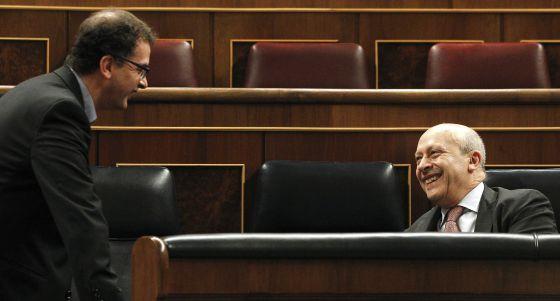 El ministro de Educación, Cultura y Deportes, José Ignacio Wert (d), conversa con el portavoz de Esquerra Republicana de Cataluña (ERC), Alfred Bosch.