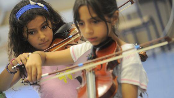 Alumnas del colegio La Patacona de Alboraia, en una clase de música.