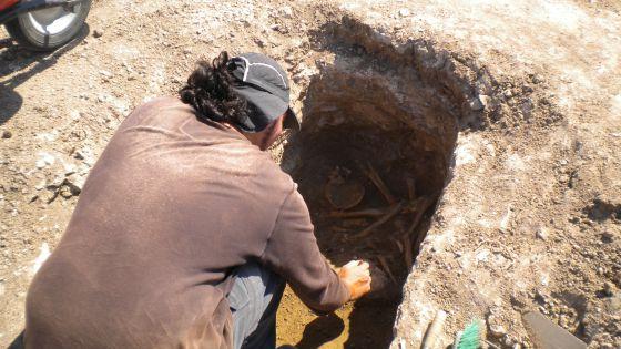 Trabajos arqueológicos en una tumba de la necrópolis visigoda de Vicálvaro, en julio de 2011.