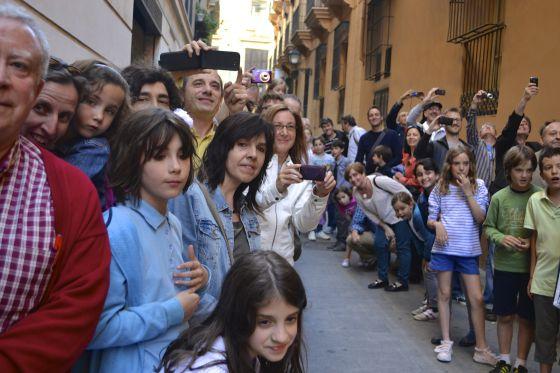 Familiares, alumnos y vecinos siguiendo el rodaje de la película en el barrio del Carmen.