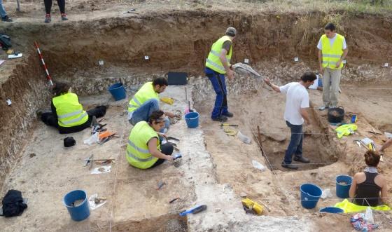 Arqueólogos, durante las labores de excavación del taller.