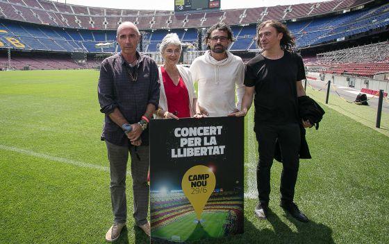 De izquierda a derecha, Lluís Llach, Muriel Casals, Lluís Donès y Gerard Quintana, ayer en el Camp Nou.