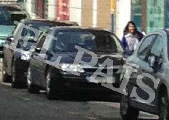 Elena Biurrún entra en su coche oficial.