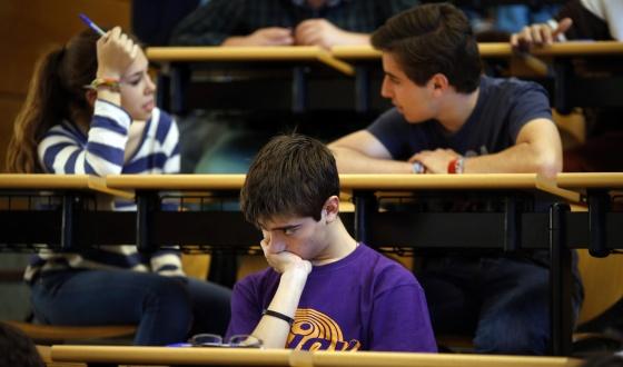 Tres estudiantes antes de un examen de selectividad en la Universidad Complutense de Madrid.