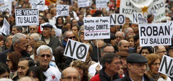 Marea blanca por el centro de Madrid contra la privatización, el pasado febrero.