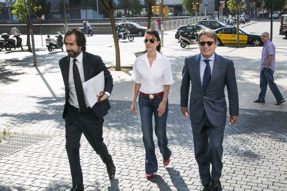 Liliana Godia y su esposo, a la izquierda, comparecen hoy ante el juez en Barcelona, junto a su abogado José Ángel González Franco.