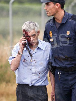 El maquinista del tren de Santiago, escoltado por un policía, tras el accidente.