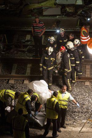 Miembros de los equipos de rescate, la noche del miércoles, durante la excarcelación de los cuerpos.