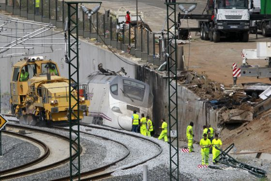 Trabajadores de ADIF en el lugar del accidente.