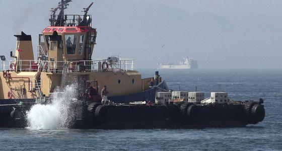 Un remolcador de Gibraltar, durante el lanzamiento de los bloques de hormigón.