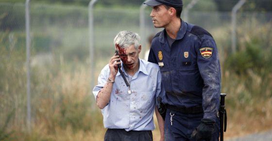 El maquinista, momentos después del accidente, conducido por un policía.