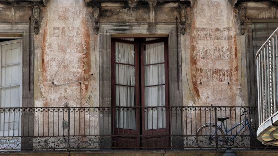 El hospedaje económico de la calle Canvis Nous, el Canigó, del que cada vez quedan menos letras.