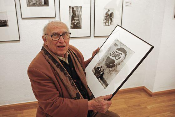 Oriol Maspons junto a algunas de sus fotografías en una exposición en la galería Kowasa de Barcelona en 2008.