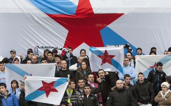 Afionados con las banderas nacionalistas en Balaídos