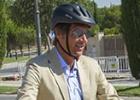 El alcalde de Boadilla cambia el coche oficial por la bici eléctrica