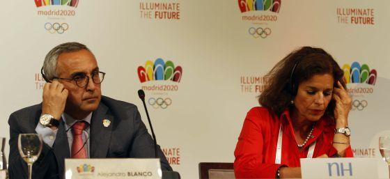 Alejandro Blanco y Ana Botella, con los cascos de traducción.rn rn rn rn