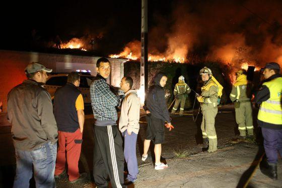 Vecinos contemplando el incendio forestal