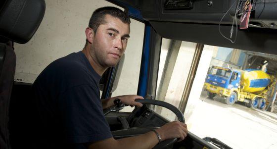 Patricio Losada al volante de su camión. / NACHO GÓMEZ