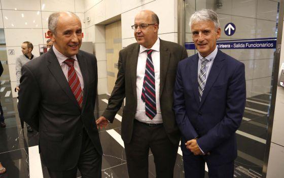 El consejero Josu Erkoreka, junto al fiscal jefe vasco, Juan Calparsoro, y el presidente de la Audiencia de Gipuzkoa, Iñaki Subijana.