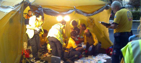 El Samur atiende a la víctima en un hospital de campaña.