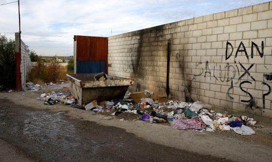 Basura amontonada en la entrada de la calle de Francisco Álvarez.