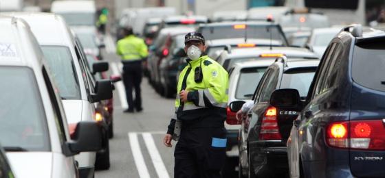 Imagen de archivo de agentes municipales regulando el tráfico en Madrid.