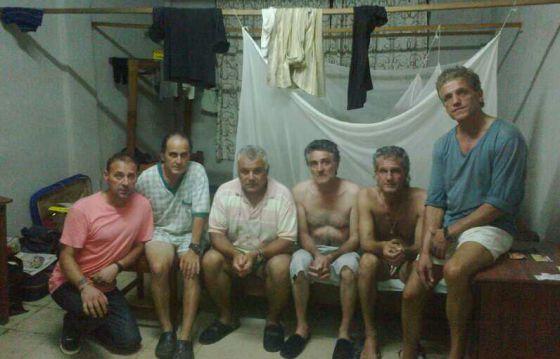 Imagen de los seis transportistas atrapados en Sierra Leona en el interior de la pensión en la que viven en Freetown.