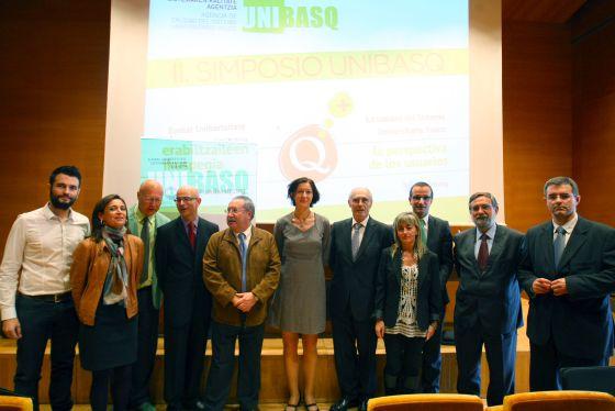 Participantes en la clausura del simposio de Unibasq.