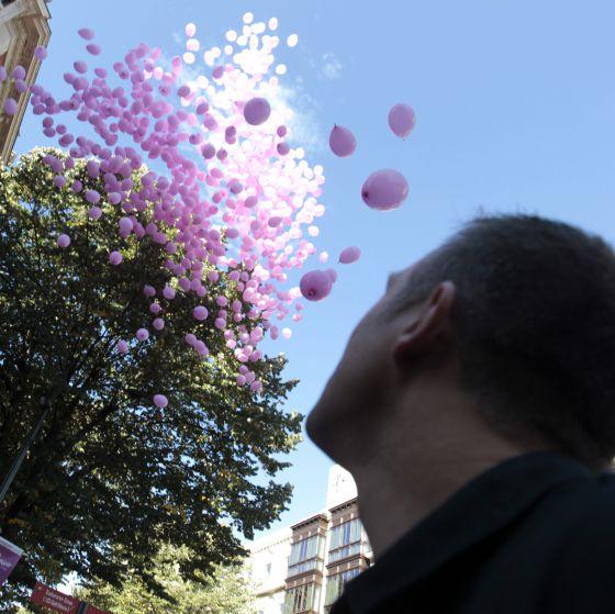 Solidaridad con el cáncer de mama, en Bilbao, con la suelta de globos rosas.